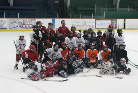 Vingt jeunes hockeyeurs s'entraînent avec Gaston Gingras
