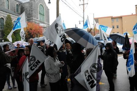 Le ministre Barrette accueilli de pied ferme au Saguenay