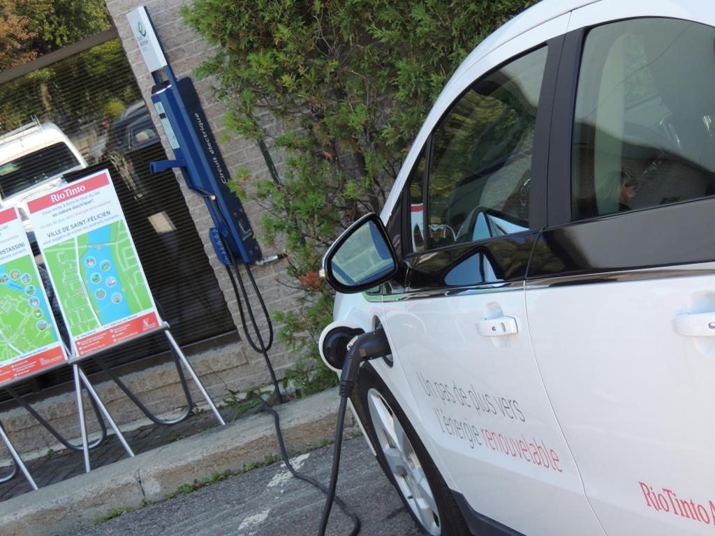Bornes de recharge pour voitures électriques : le Lac-Saint-Jean fait piètre figure