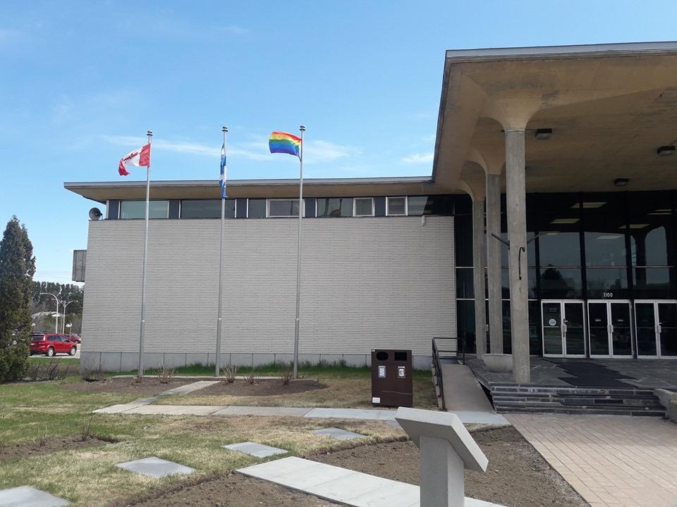 Vol du drapeau LGBTQ : la Ville croit à un geste isolé