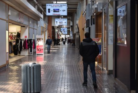 COVID-19 : les centres d'achats et salles à manger des restaurants fermés