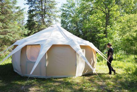 Un village de tentes en bordure de la Mistassibi à Saint-Stanislas