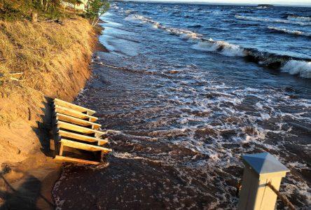 Érosion des berges : les forts vents et le haut niveau du lac en cause